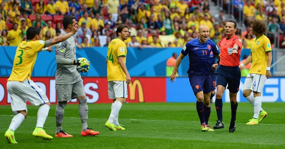 12.jul.2014 - Árbitro Djamel Haimoudi marca pênalti a favor da Holanda no início da partida contra o Brasil, no Mané Garrincha