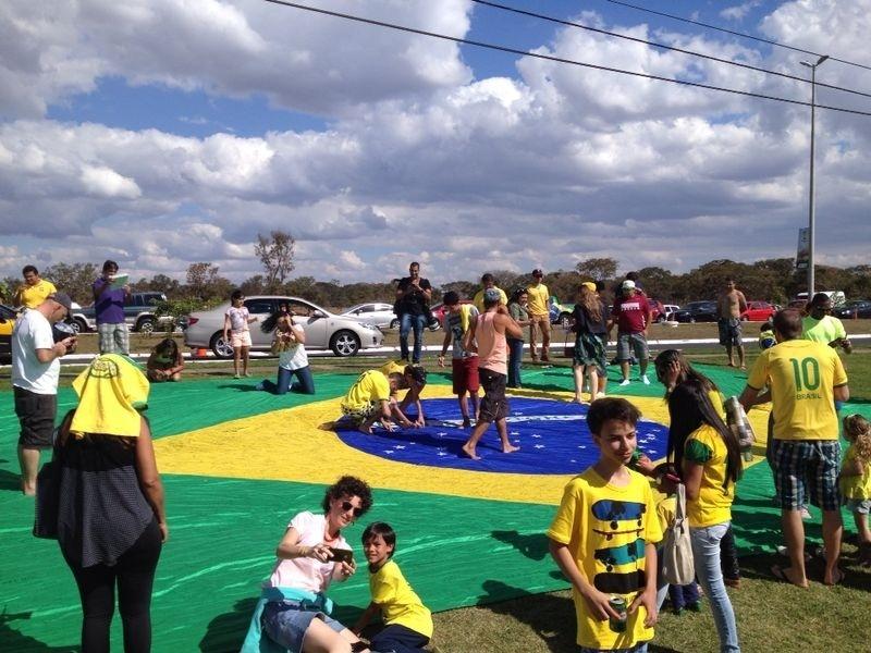 Bandeira gigante do Brasil é estendida no gramado em frente ao hotel em que a seleção está concentrada para o jogo contra a Holanda, pela disputa do 3º lugar