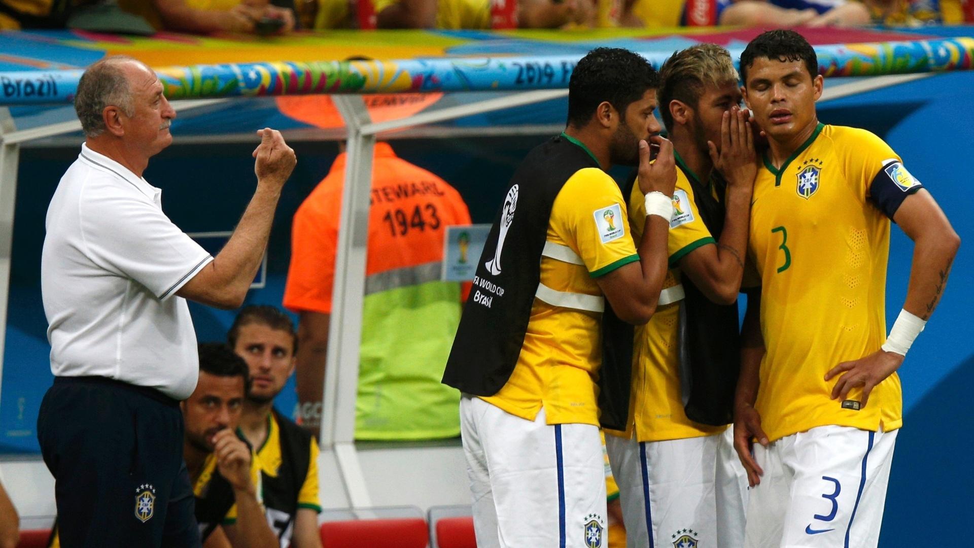 12.jul.2014 - Com Felipão ao lado, Neymar e Hulk passam orientação para Thiago Silva no primeiro tempo do jogo contra a Holanda