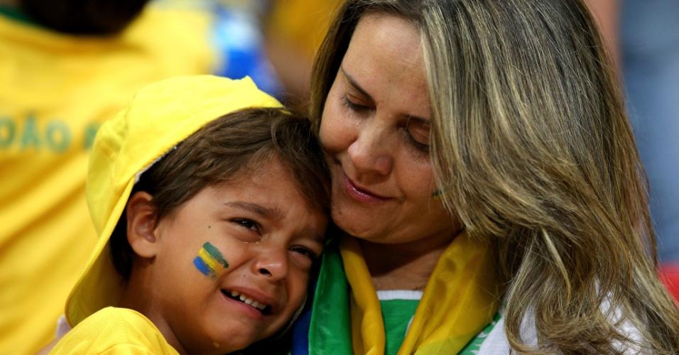 12.jul.2014 - Criança chora a derrota brasileira por 3 a 0 para a Holanda, na despedida da Copa do Mundo no estádio Mané Garrincha