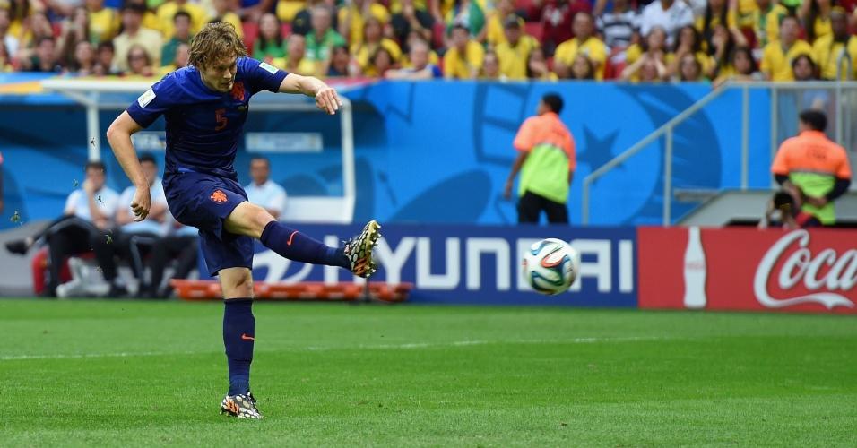 12.jul.2014 - Daley Blind aproveita sobra de bola na área e marca o segundo da Holanda contra o Brasil, no estádio Mané Garrincha