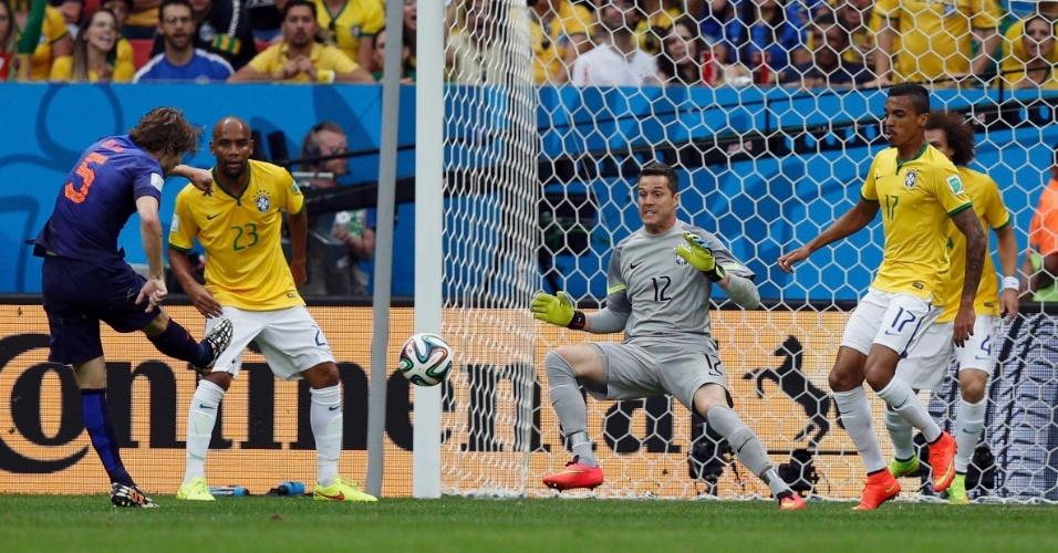 12.jul.2014 - Daley Blind finaliza e marca o segundo gol da Holanda contra o Brasil no Mané Garrinha, na disputa pelo terceiro lugar da Copa