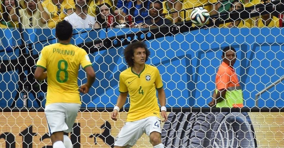 12.jul.2014 - David Luiz apenas observa a bola entrar no gol após finalização de Blind, que fez o segundo da Holanda no Mané Garrincha