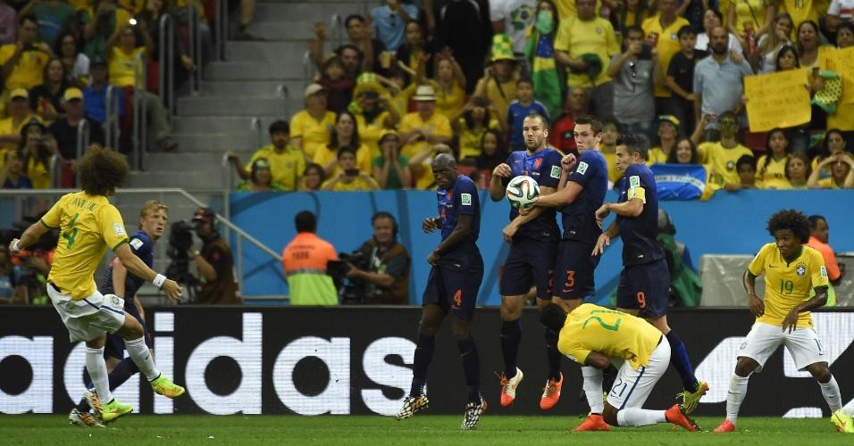 12.jul.2014 - David Luiz cobra falta na entrada da área, mas a bola fica na área na derrota brasileira por 3 a 0 para a Holanda, no Mané Garrincha