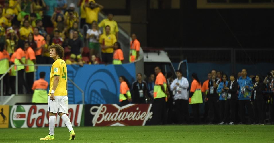 12.jul.2014 - David Luiz deixa o gramado após a derrota brasileira para a Holanda por 3 a 0, no estádio Mané Garrincha
