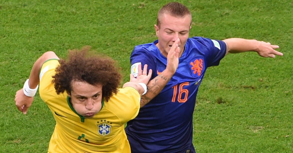 12.jul.2014 - David Luiz disputa espaço com o holandês Jordy Clasie durante o jogo no estádio Mané Garrincha