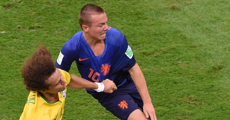 12.jul.2014 - David Luiz e Jordy Clasie, da Holanda, disputam espaço no primeiro tempo da partida no Mané Garrincha