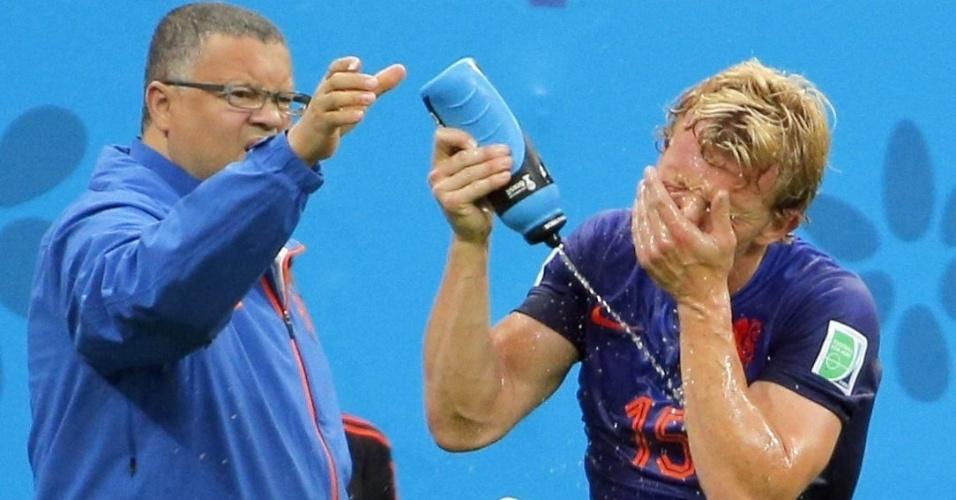12.jul.2014 - Holandês Dirk Kuyt se refresca no gramado do Mané Garrincha após receber atendimento médico no jogo contra o Brasil