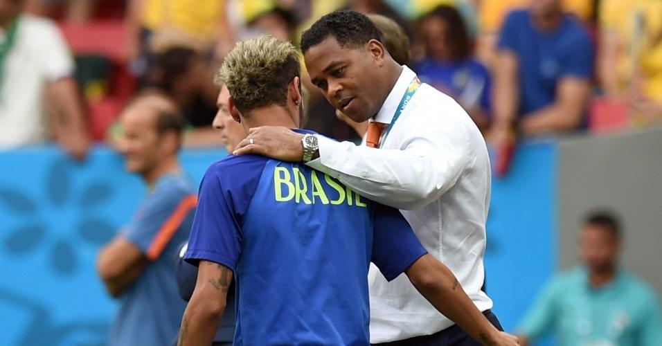 12.jul.2014 - Ex-jogador holandês Patrick Kluivert conversa com Neymar antes da disputa do terceiro lugar, no Mané Garrincha