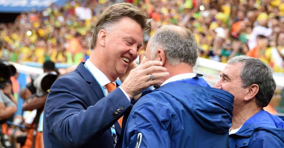 12.jul.2014 - Felipão cumprimenta o técnico da Holanda, Louis van Gaal, antes do jogo no Mané Garrincha