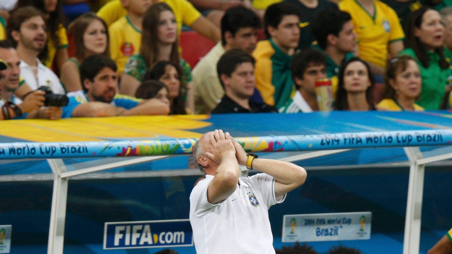 12.jul.2014 - Felipão mostra desespero durante a derrota brasileira por 3 a 0 para a Holanda, no Mané Garrincha
