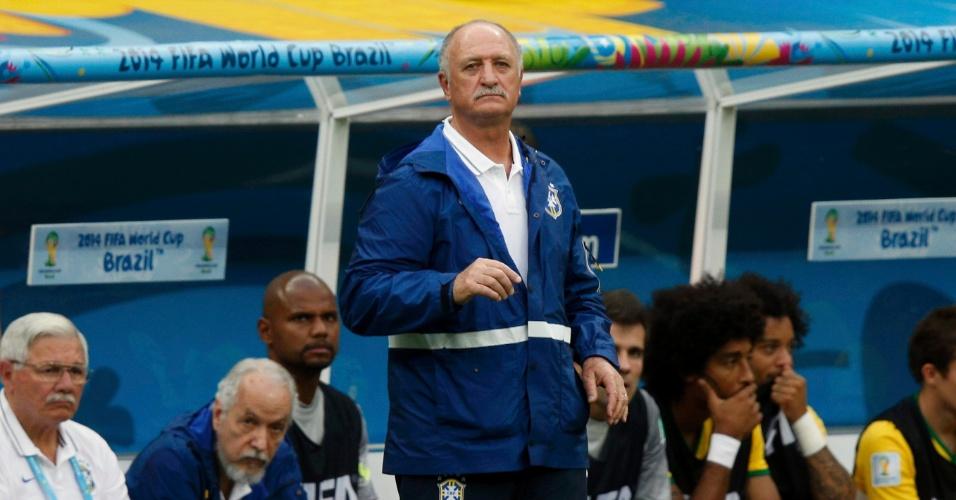 12.jul.2014 - Felipão observa a partida do Brasil contra a Holanda, pela disputa de terceiro lugar da Copa, no Mané Garrincha