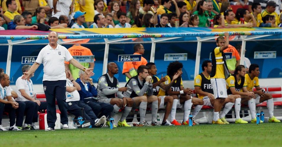 12.jul.2014 - Felipão reclama e Neymar fica de pé no banco de reservas durante a derrota brasileira para a Holanda por 3 a 0, no Mané Garrincha
