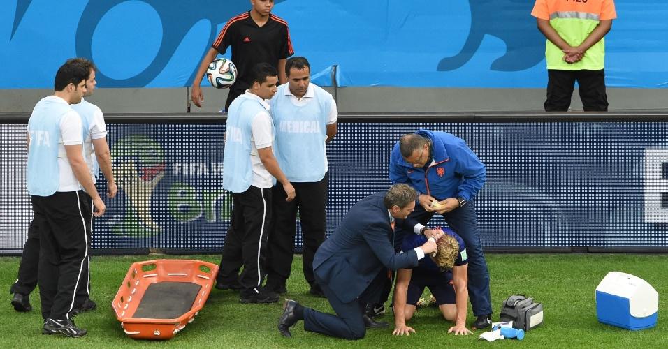 12.jul.2014 - Holandês Kuyt recebe atendimento médico no gramado do Mané Garrincha, durante a disputa pelo terceiro lugar