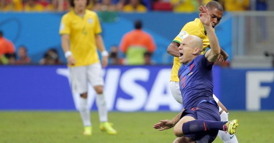 12.jul.2014 - Holandês Robben é derrubado e mostra expressão de dor durante a partida contra o Brasil, no Mané Garrincha