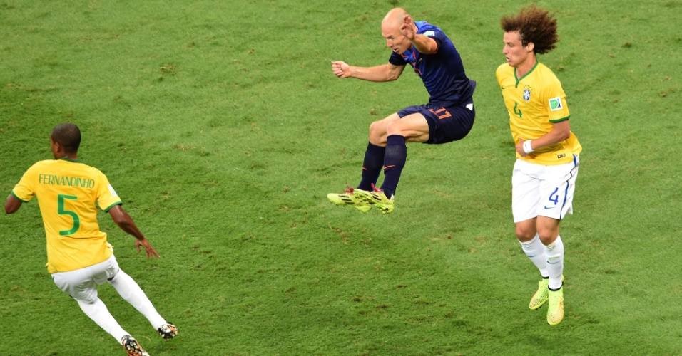 12.jul.2014 - Holandês Robben pula para escapar da falta de David Luiz durante o jogo contra o Brasil, no Mané Garrincha