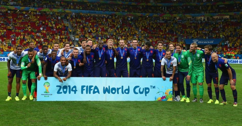 12.jul.2014 - Holandeses fazem foto oficial após ganhar do Brasil por 3 a 0 no Mané Garrincha e conquistar a terceira posição na Copa do Mundo