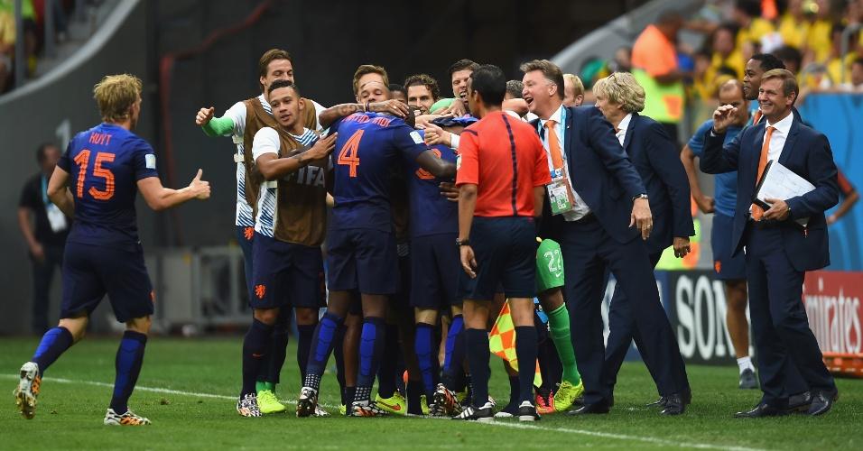 12.jul.2014 - Jogadores da Holanda comemoram com a comissão técnica depois de marcar na partida contra o Brasil, no Mané Garrincha
