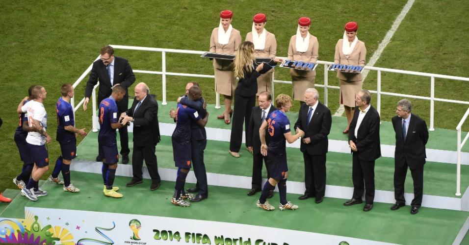 12.jul.2014 - Jogadores da Holanda participam de cerimônia após vencer o Brasil no Mané Garrincha e ficar em terceiro lugar na Copa do Mundo