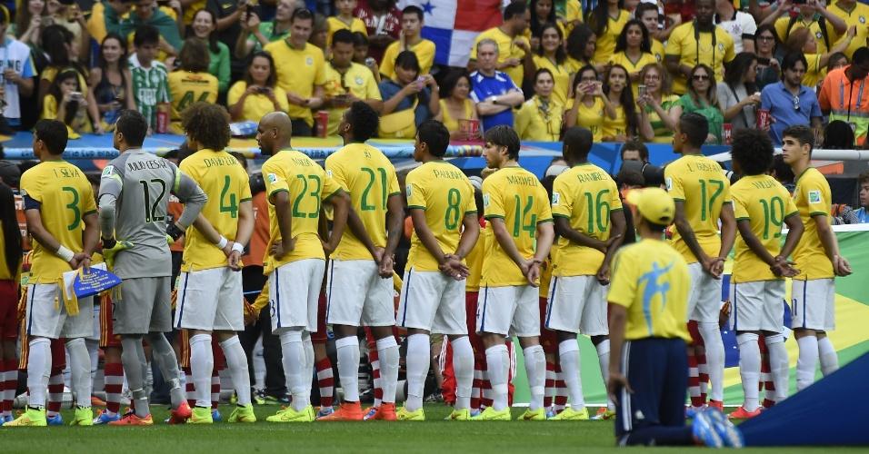 12.jul.2014 - Jogadores do Brasil ficam perfilados para o hino nacional antes do jogo contra a Holanda. A torcida cantou novamente o hino a capela