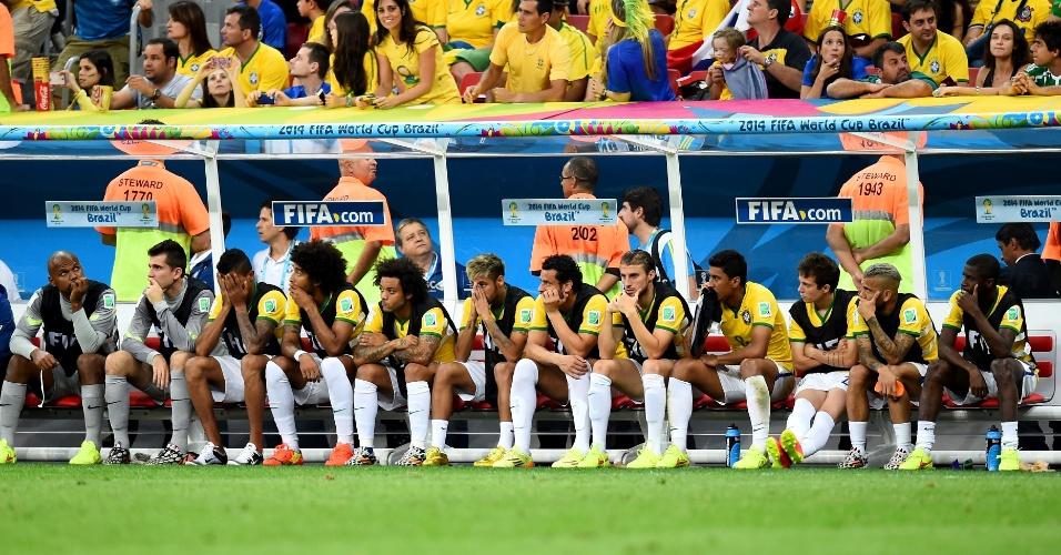 12.jul.2014 - Jogadores reservas do Brasil não escondem a tristeza durante a derrota na despedida da Copa. A seleção foi derrotada por 3 a 0 para a Holanda