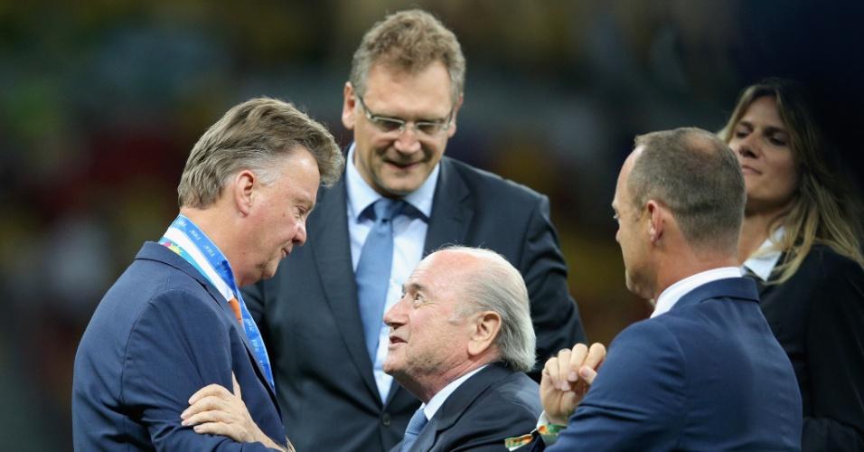 12.jul.2014 - Joseph Blatter entrega medalha para o técnico da Holanda, Louis van Gaal, depois da vitória por 3 a 0 sobre o Brasil no Mané Garrincha
