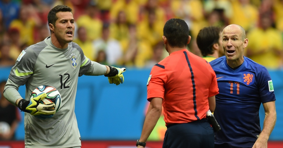 12.jul.2014 - Júlio César reclama com o árbitro, que marcou pênalti a favor na Holanda no início da partida no Mané Garrincha