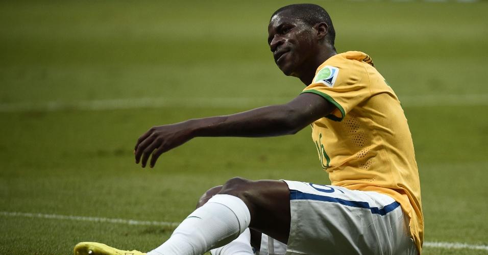 12.jul.2014 - Meia Ramires fica caído no gramado durante o primeiro tempo da partida entre Brasil e Holanda, no Mané Garrincha