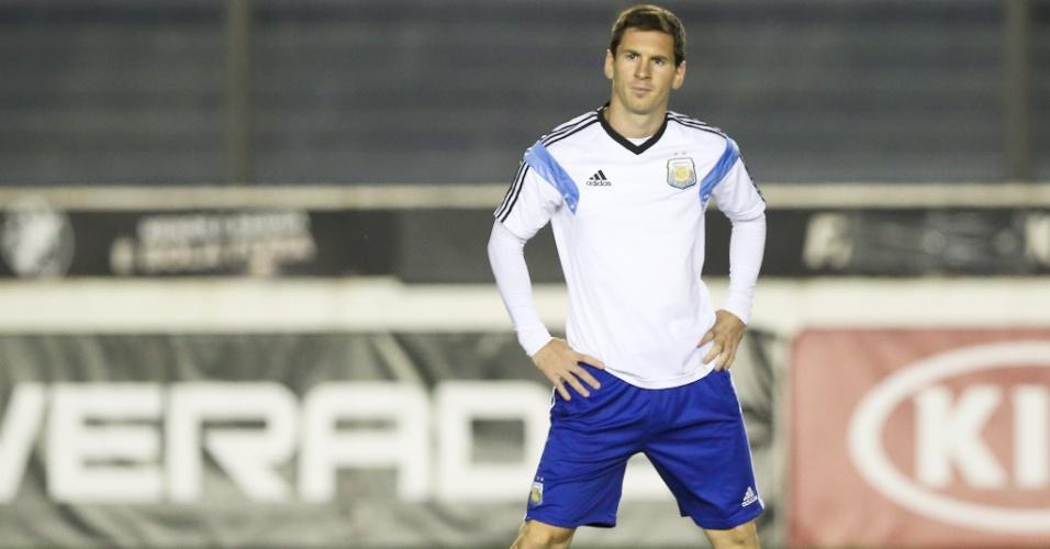 Messi se alonga durante o treinamento da Argentina em São Januário, um dia antes da final da Copa do Mundo