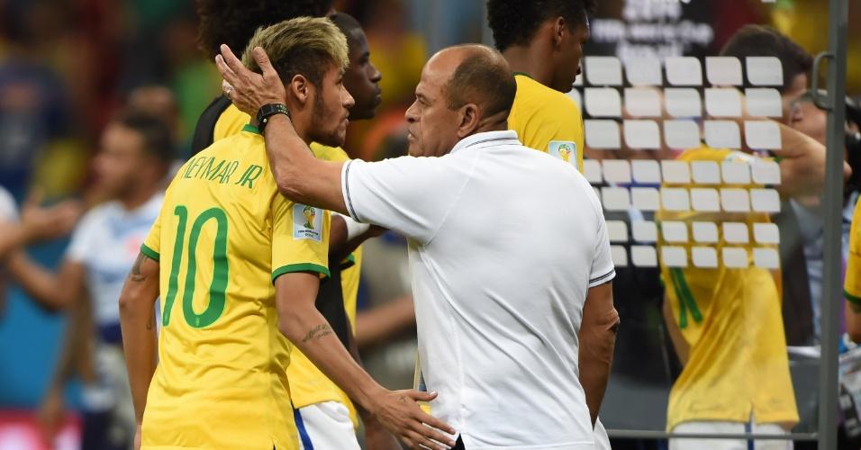 12.jul.2014 - Neymar cumprimenta o preparador físico Paulo Paixão depois da derrota brasileira por 3 a 0 para a Holanda no Mané Garrincha