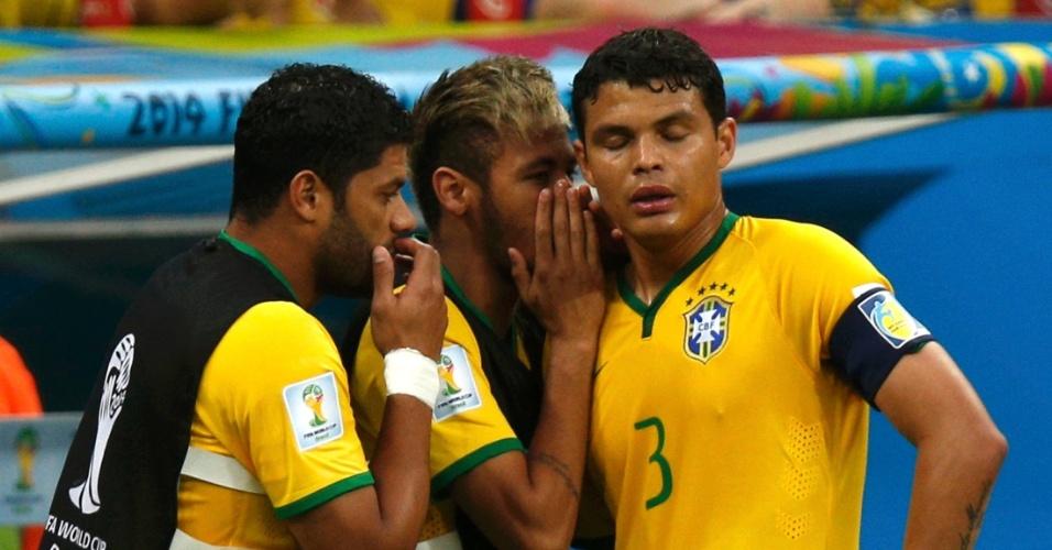 12.jul.2014 - Neymar esconde a boca e passa orientação a Thiago Silva no primeiro tempo do jogo entre Brasil e Holanda, no Mané Garrincha
