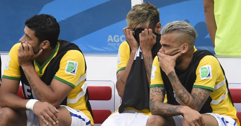 12.jul.2014 - Neymar esconde o rosto com o colete durante a partida do Brasil contra a Holanda, no Mané Garrincha
