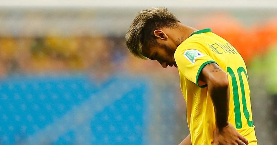 12.jul.2014 - Neymar não jogou, mas deixou o gramado cabisbaixo após a derrota brasileira por 3 a 0 para a Holanda, no Mané Garrincha