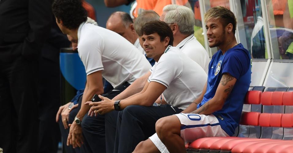 12.jul.2014 - Neymar sobe ao gramado e senta no banco de reservas antes da partida entre Brasil e Holanda, no Mané Garrincha