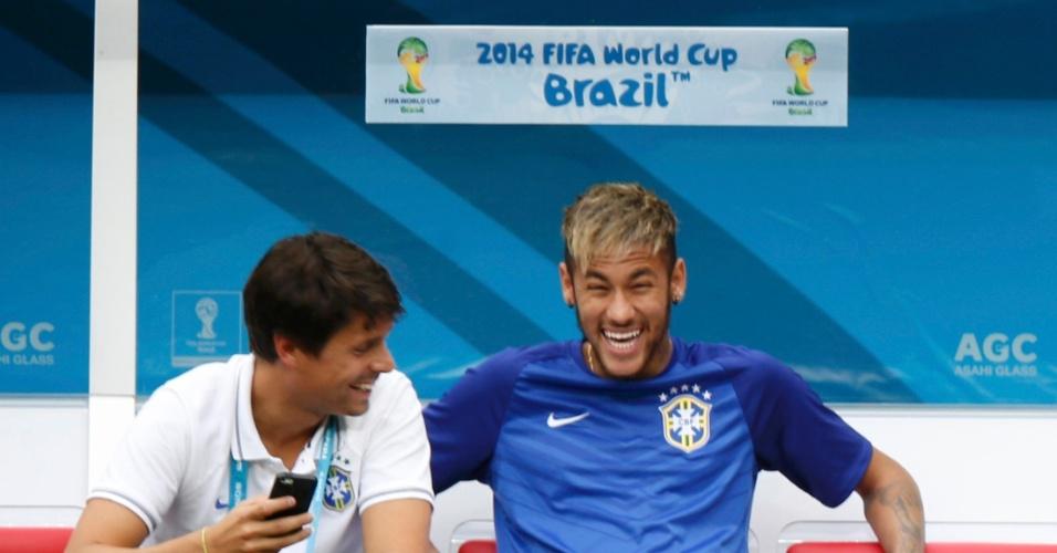 12.jul.2014 - Neymar vai ao estádio Mané Garrincha e sorri antes do jogo entre Brasil e Holanda
