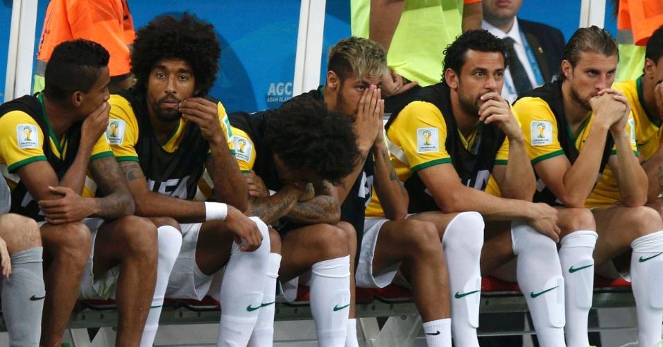 12.jul.2014 - No banco, Neymar e reservas mostram abatimento durante a derrota brasileira para a Holanda por 3 a 0, no Mané Garrincha