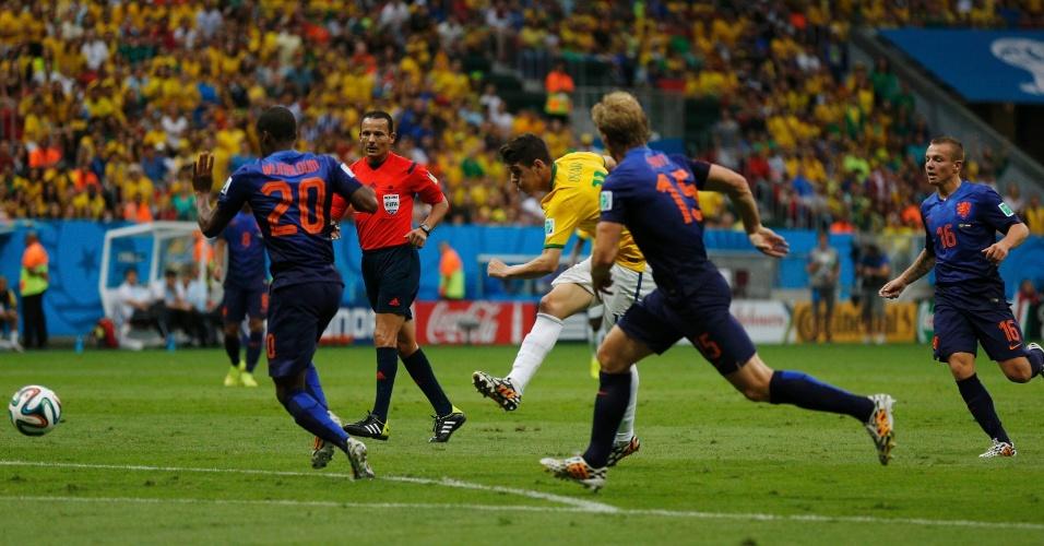 12.jul.2014 - Oscar tenta finalizar a bola na partida entre Brasil e Holanda, na disputa pela terceira posição da Copa, no Mané Garrincha
