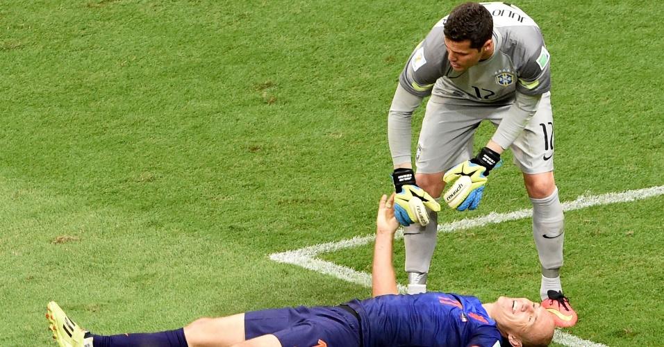 12.jul.2014 - Robben fica caído e Júlio César tenta levantá-lo na partida que a Holanda venceu o Brasil por 3 a 0 e garantiu a terceira posição na Copa