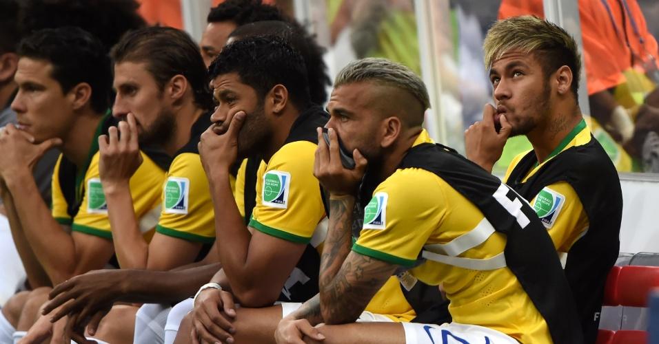 12.jul.2014 - Sem condições de jogo, Neymar acompanha a partida entre Brasil e Holanda, válida pela disputa de terceiro lugar