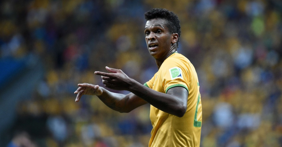 12.jul.2014 - Substituto de Fred, Jô conversa durante a partida do Brasil contra a Holanda, no Mané Garrincha