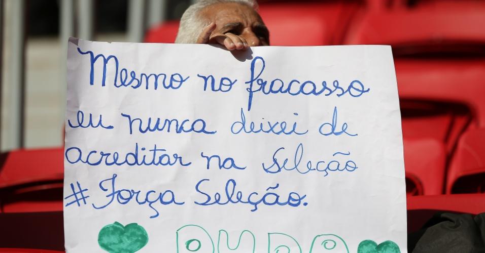 Torcedor leva ao Mané Garrincha cartaz em agradecimento à seleção brasileira