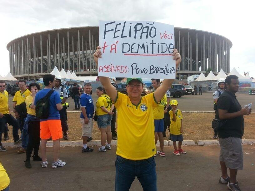 Torcedor leva cartaz exigindo saída de Felipão do comando da seleção brasileira