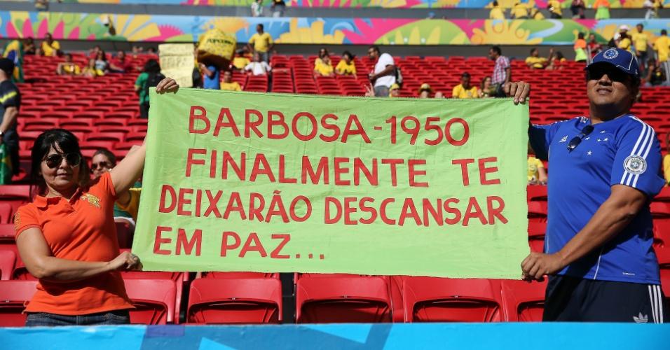 Torcedor leva cartaz que faz referência a Barbosa, goleiro da seleção na Copa de 1950