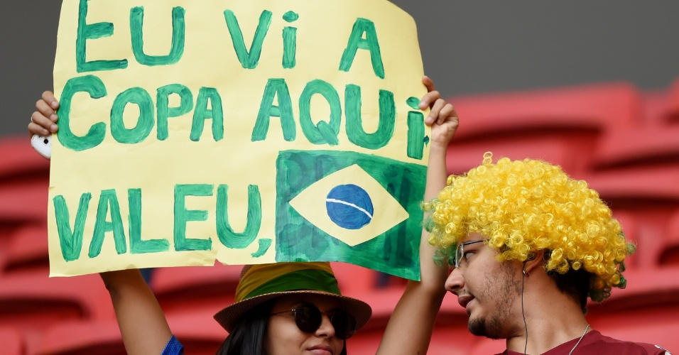 Torcedora comemora a realização da Copa do Mundo no Brasil, na penúltima partida do Mundial, entre Brasil e Holanda no Mané Garrincha