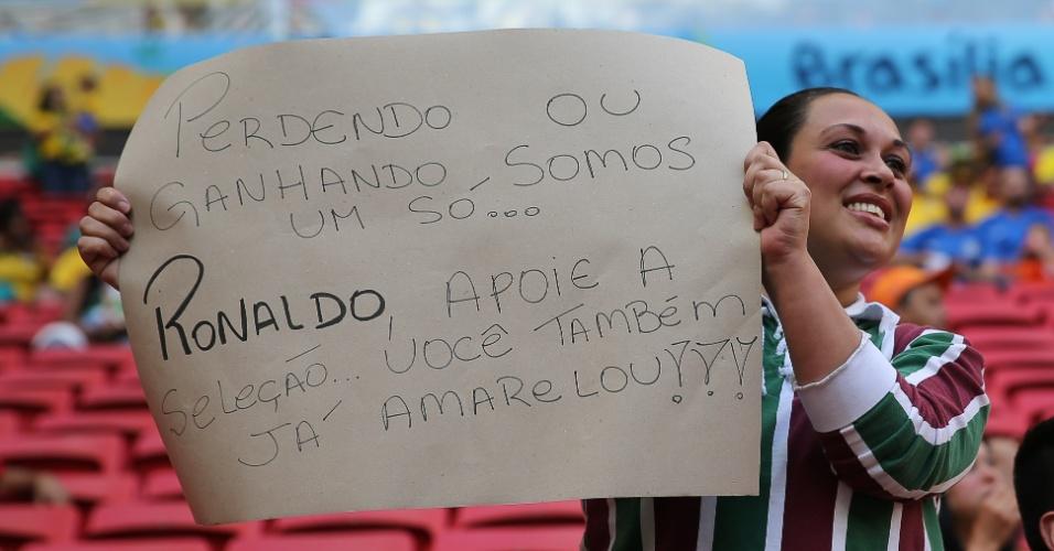 Torcedora leva mensagem de apoio à seleção e provoca o ex-jogador Ronaldo no estádio Mané Garrincha