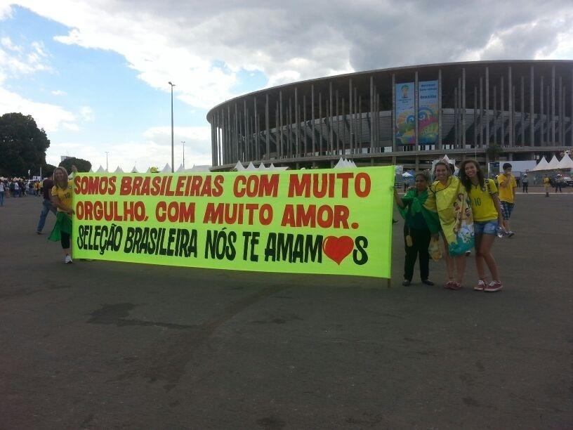 Torcedoras exibem faixas de apoio à seleção brasileira mesmo após goleada de 7 a 1 para a Alemanha na semifinal