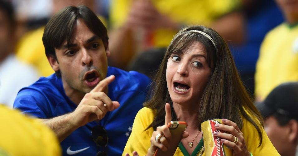 12.jul.2014 - Torcedores brigam nas arquibancadas do estádio Mané Garrincha durante a vitória da Holanda por 3 a 0 sobre o Brasil