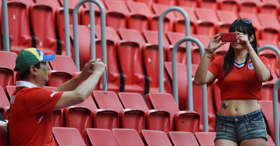 Torcedores chilenos tiram fotos no estádio Mané Garrincha, antes do jogo entre Brasil e Holanda