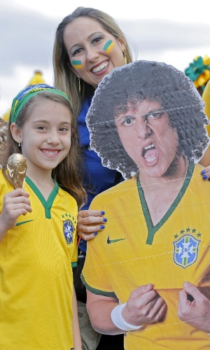 Torcida leva pôster gigante de David Luiz antes da disputa de terceiro lugar entre Brasil e Holanda, no Mané Garrincha