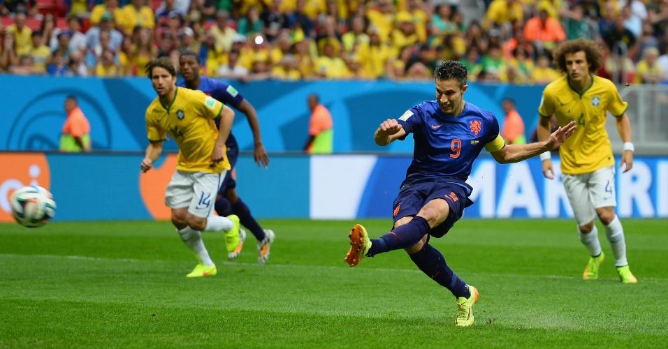 12.jul.2014 - Van Persie cobra pênalti e abre o placar para a Holanda na vitória por 3 a 0 sobre o Brasil, no estádio Mané Garrincha